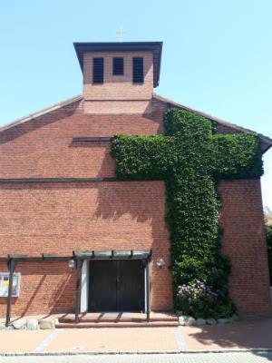 St. Petri –  ohne Kirchturmuhr, dafür mit einem Kreuz aus Efeu