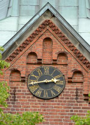 Die Uhr der Dreikönigskirche von Nahem