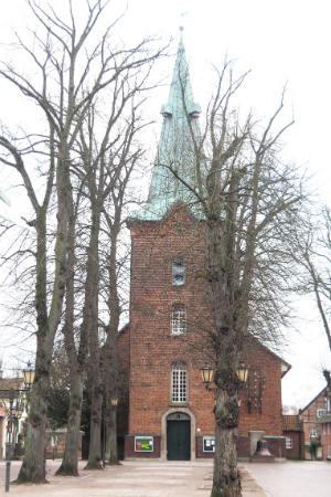 Von hier selbst im Winter kaum zu sehen: Die Uhr an der Frontseite der Dreikönigskirche