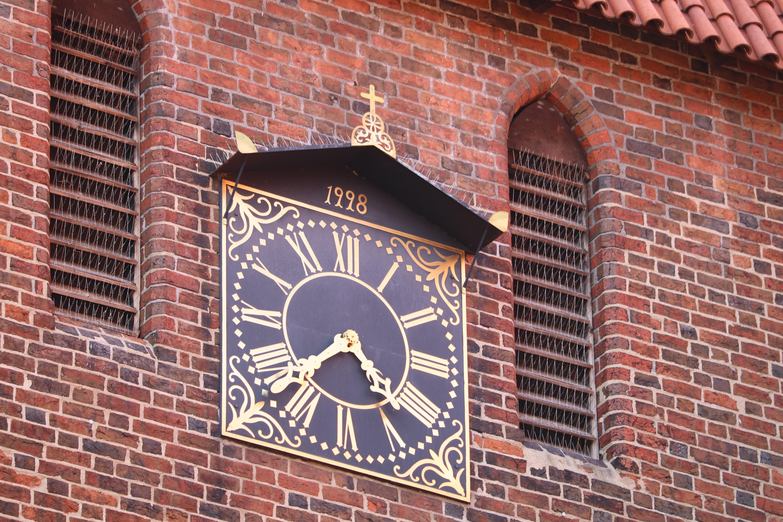 Eine Kirchenuhr an der Mauritius-Klosterkirche